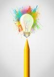 Zeichenstiftnahaufnahme mit farbiger Farbe spritzt und Glühlampe Lizenzfreies Stockfoto