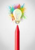 Zeichenstiftnahaufnahme mit farbiger Farbe spritzt und Glühlampe Lizenzfreie Stockfotografie