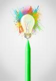 Zeichenstiftnahaufnahme mit farbiger Farbe spritzt und Glühlampe Lizenzfreies Stockbild