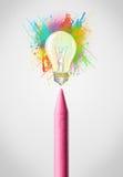 Zeichenstiftnahaufnahme mit farbiger Farbe spritzt und Glühlampe Stockfotos