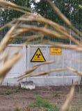 Zeichenstrahlung auf dem grauen Zaun des Sperrgebiets stockfoto
