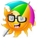 Zeichentrickfilm-Figur der Sonne in der Sonnenbrille mit Regenschirm Lizenzfreie Stockfotografie