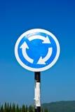 Zeichenverkehrskreis mit blauem Himmel Stockbilder