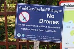 Zeichenwarnung gegen funktionierende Brummen in Thailand lizenzfreie stockfotografie