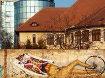 Zeichnen auf den Zaun und das große schöne Gebäude Stockfotos
