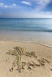 Zeichnen auf Sand schriftlich es auch Palme Lizenzfreie Stockfotos