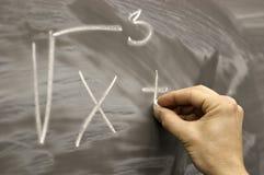 Zeichnen auf Schuleschreibtischmathematik-Formelsymbole Stockbilder
