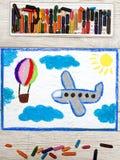 Zeichnen: Ballon des kleinen blauen Flugzeuges und der Heißluft Stockfoto