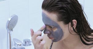 Zeichnen einer schwarzen Maske auf dem Gesicht stock footage