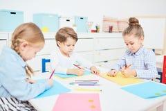 Zeichnen in Kindergarten stockfotografie