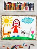 Zeichnen: Lächelndes kleines Mädchen und ihre netten Katzen Lizenzfreies Stockfoto