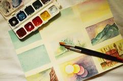 Zeichnen mit Aquarellen Pinsel und Aquarelle lizenzfreie stockfotos