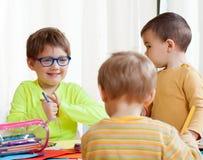 Zeichnen mit drei Kindern Stockfotografie