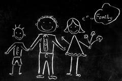 Zeichnen mit Kreide auf dem schwarzen Hintergrund der Familie Lizenzfreies Stockbild