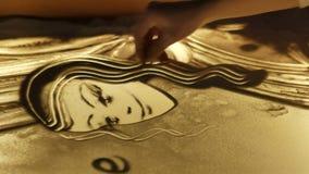 Zeichnen mit Sand auf Glas stock video