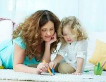 Zeichnen mit Tochter Stockfotografie
