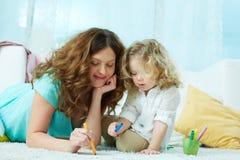 Zeichnen mit Tochter Stockbild