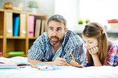 Zeichnen mit Tochter lizenzfreies stockbild