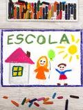 Zeichnen: Portugiesische Wort SCHULE, Schulgebäude und glückliche Kinder Stockfoto