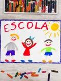 Zeichnen: Portugiesische Wort SCHULE und glückliche Kinder Stockfotografie