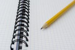 Zeichnen Sie auf geöffnetem Notizbuch an. Lizenzfreies Stockfoto