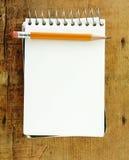 Zeichnen Sie auf kleiner Auflage des Papiers an Lizenzfreies Stockbild