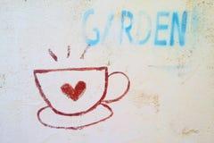 Zeichnen Sie ein Glas Kaffee auf der Wand Stockfotografie