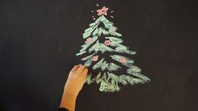Zeichnen Sie einen Weihnachtsbaum mit Kreide auf einem Schiefer Neues Jahr-Gruß-Karten-Plakat-Fahnen-Schablone stock footage