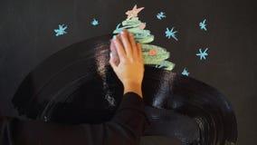 Zeichnen Sie einen Weihnachtsbaum mit Kreide auf einem Schiefer Neues Jahr-Gruß-Karten-Plakat-Fahnen-Schablone stock video