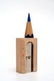 Zeichnen Sie innerhalb eines Bleistiftspitzers für Bleistifte an, der vertikal steht Lizenzfreie Stockfotos