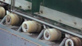Zeichnen Sie Maschine für PVC-Abschnitte von Fenstern zusammen haften stock footage