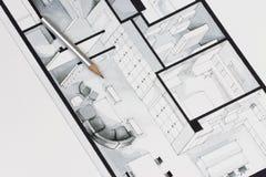 Zeichnen Sie mit der speziellen silbernen Beschichtungsfarbe an, die auf einfacher eleganter Architekturzeichnung eines Wohnungsg Stockfoto
