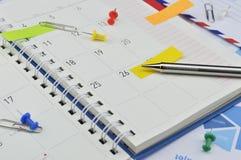 Zeichnen Sie mit Post-Itanmerkungen und -stift von der Geschäftstagebuchseite an Lizenzfreie Stockbilder