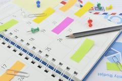 Zeichnen Sie mit Post-Itanmerkungen und -stift von der Geschäftstagebuchseite an Lizenzfreies Stockbild