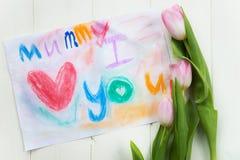 Zeichnen vom Kind für Mama mit den Tulpen nahe gelegen Lizenzfreie Stockfotos