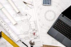 Zeichnen, Werkzeuglagerlaptop auf dem Tisch ausf?hrend lizenzfreie stockfotos