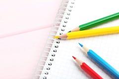 Zeichnende bunte Bleistifte Stockbilder