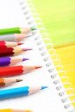 Zeichnende bunte Bleistifte Stockbild