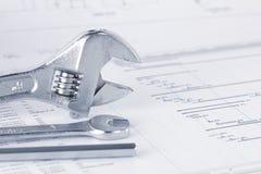 Zeichnende Dokumente des Technikprojektes mit Schlüssel lizenzfreie stockfotografie