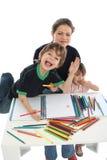 Zeichnende Familie zu Hause lizenzfreie stockfotos