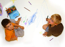 Zeichnende und färbende Jungen Stockfoto