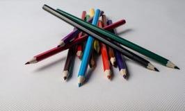 Zeichnende Versorgungen: sortierte Farbbleistifte Stockfotografie