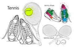 Zeichnender Satz Gegenstandturnschuhe mit Tennisschläger und Ball, Tennisplatz Hand gezeichnet und Gekritzelschuhe für Stockbild