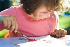 Zeichnendes kleines Mädchen Lizenzfreies Stockbild