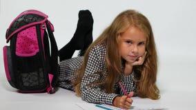 Zeichnendes Schulmädchen zu Hause beim Lügen auf dem Boden stock video footage