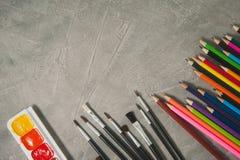 Zeichnendes Zubehör - Bleistifte, Farben und Bürsten Lizenzfreie Stockfotografie