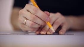 Zeichner zeichnet einen Bleistift auf einem Blatt Papier stock video