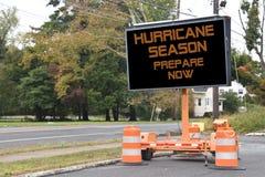 Zeichnete elektronisches bewegliches Verkehrsschild Digital, das Hurrikan-Jahreszeit, sagt jetzt sich vorzubereiten, auf der Seit lizenzfreies stockfoto