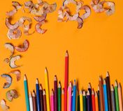 Zeichnung Bleistiftschnitzel auf dem gelben Hintergrund Stockfotografie