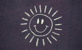 Zeichnung der glücklichen lächelnden Sonne auf konkretem Hintergrund Lizenzfreies Stockfoto